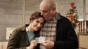 Una pareja con un décimo de la lotería