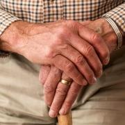 Persona mayor apoyada en un bastón