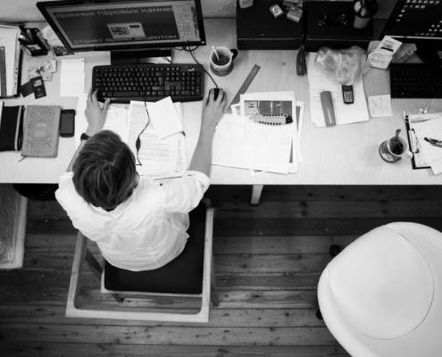 Trabajador en su escritorio