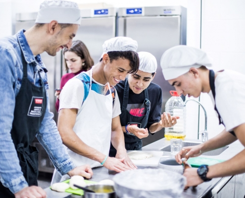 Jóvenes de la fundació Comtal, en formación sobre hostelería