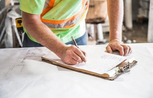 Trabajador haciendo anotaciones