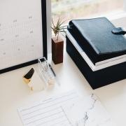 Calendario, agenda, papeles. mesa