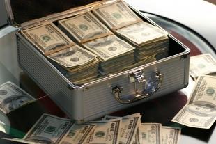 Maleta metálica con dinero en efectivo