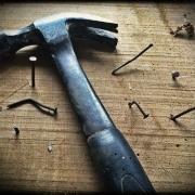Martell i claus sobre una fusta