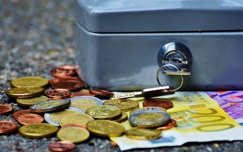 Monedes al costat d'una guardiola
